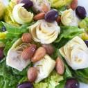 Sla met artisjokken, olijven en amandelen