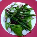 Sla met gegrilde groene asperges