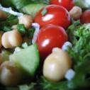Sla met kikkererwten en cherrytomaten